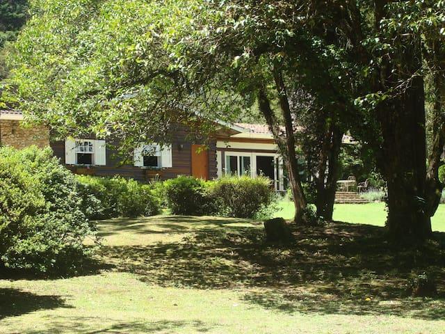Villa com jardim maravilhoso em Campos do Jordão - Campos do Jordao - Chalet