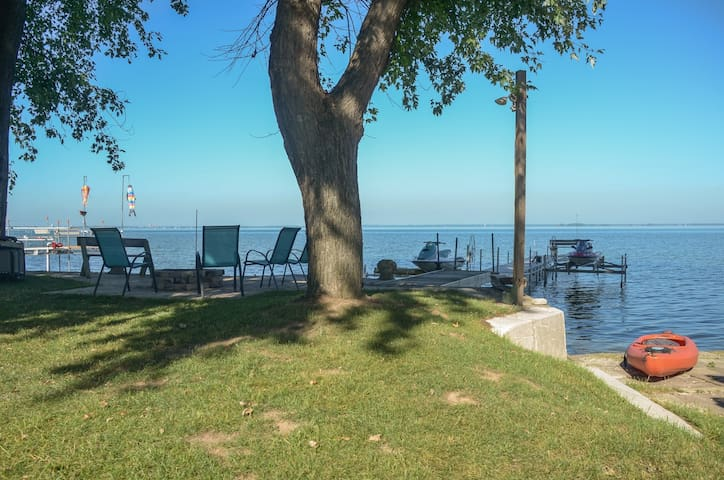 Waterfront Sunsets  Hot Tub + Fire Pit - Green Bay - Hus