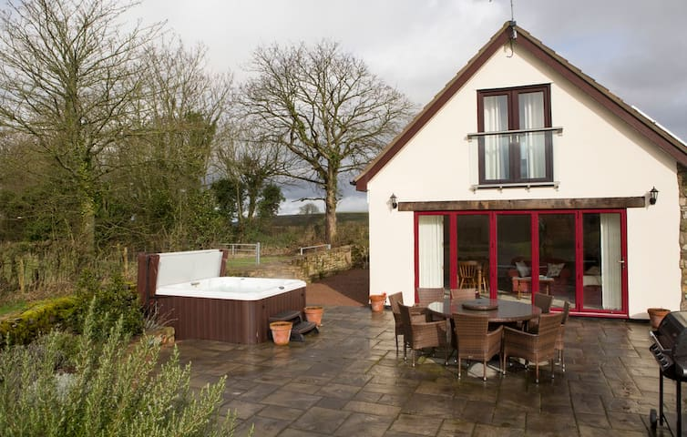Coxbury Nook - rural cottage with hot tub - Gloucestershire - Haus