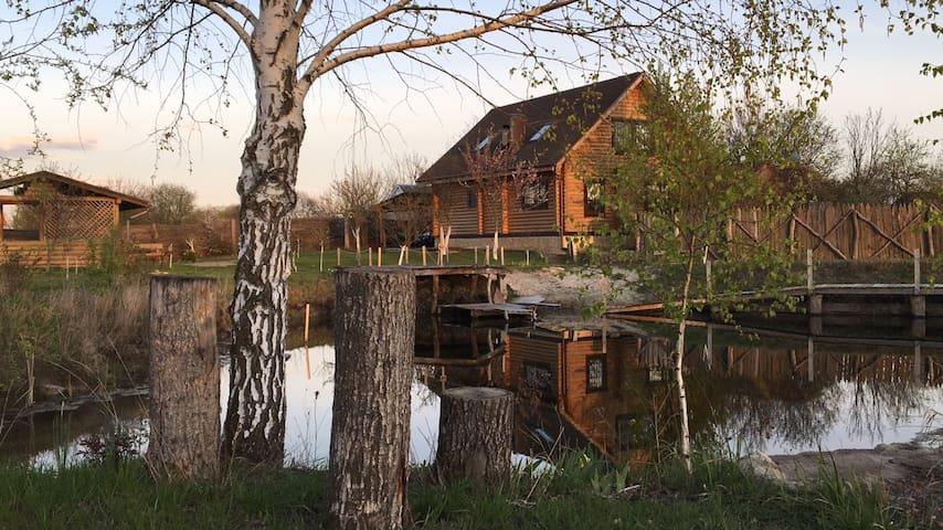 Log cabin with lake, sauna, jacuzzi - Десна - Hus