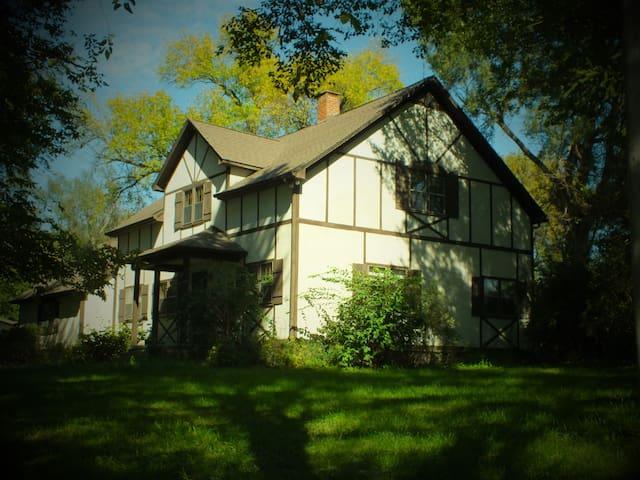 BEAUTIFUL 4BR HOME ON 5 ACRES - Bennington - Casa