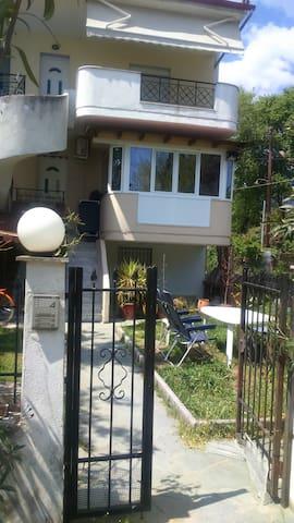 Φανταστικος Οικογενειακος χωρος - ΑΣΠΡΟΒΑΛΤΑ - Apartamento