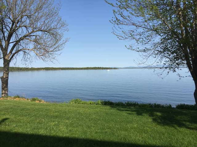 Lakeside Retreat,  overlooking lake. - Plattsburgh - Дом