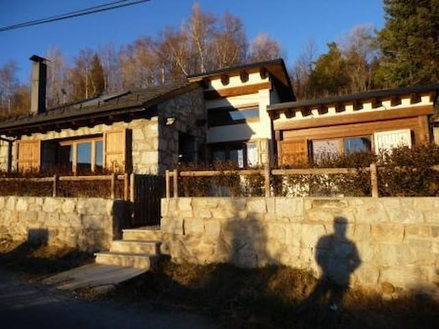 Encantadora casita, con chimenea y buenas vistas - Enveitg - Hus