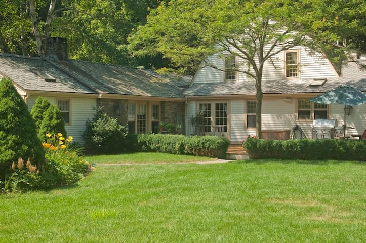 French, country style bed and breakfast - Killingworth - Bed & Breakfast