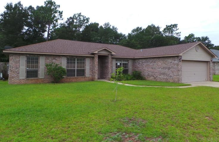 Comfortable 3/2 home near NAS Whiting Field for 6. - Milton - Casa