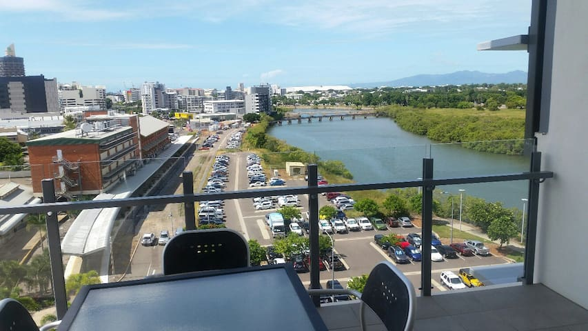 2 Bedroom Apartment with River Views - Townsville City - Lejlighed