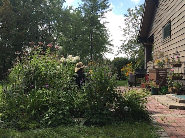 Cozy Craftsman Home with English Garden Patio - Superior - Huis