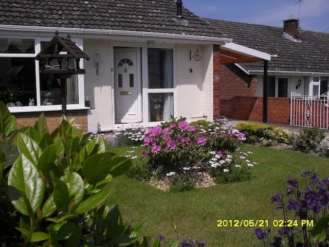 Bedroom with double bed or split into two singles - Wrexham - Дом