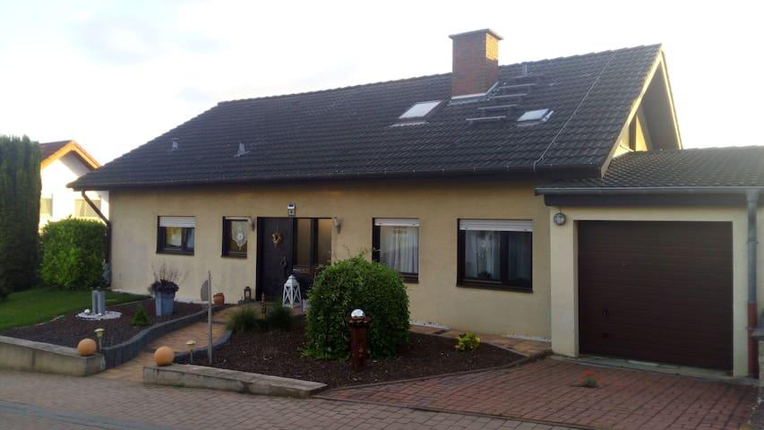 Lenas Ferienzimmer (mit Küche) - Biebelnheim - Casa