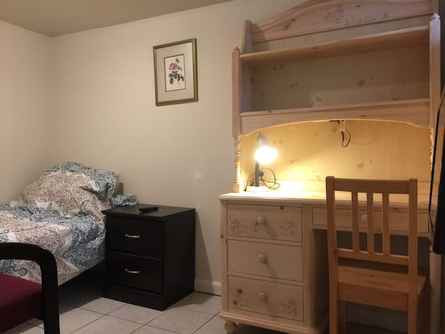 Basement room #B3 in Fall Church - Falls Church - Дом