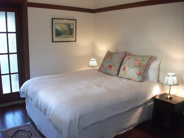 Beautiful rooms in historic  home - Jellat Jellat - Hus