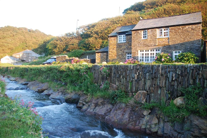 Harbourside cottage in Boscastle with parking - Boscastle - Huis