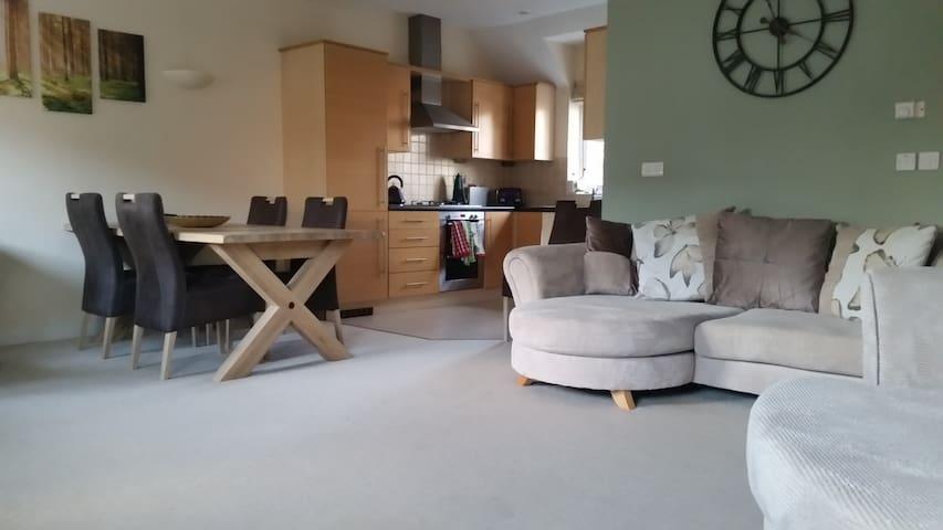 Good parking, fibre optic b'band, tidy apartment. - Wokingham - Daire