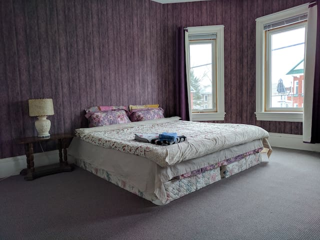 Big, Clean and comfortable room (King-size bed) - Smiths Falls