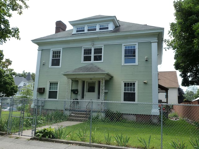 Large Room In Front of Bay State Medical Center - Springfield - Appartement