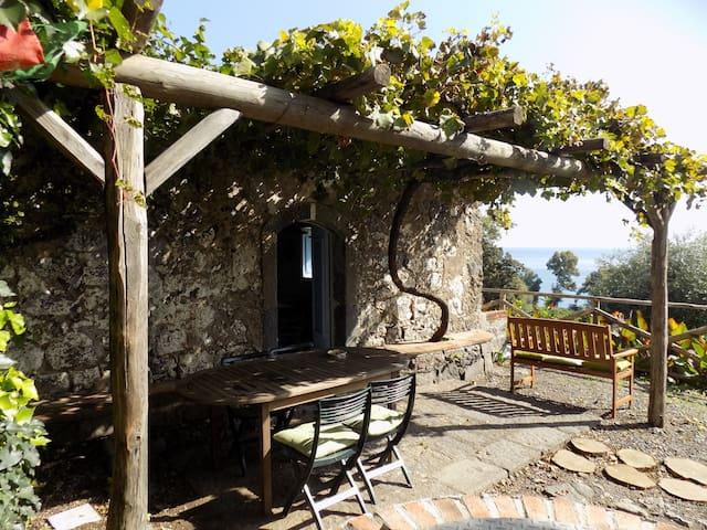 Antica casa di pietre sul mare - Carruba