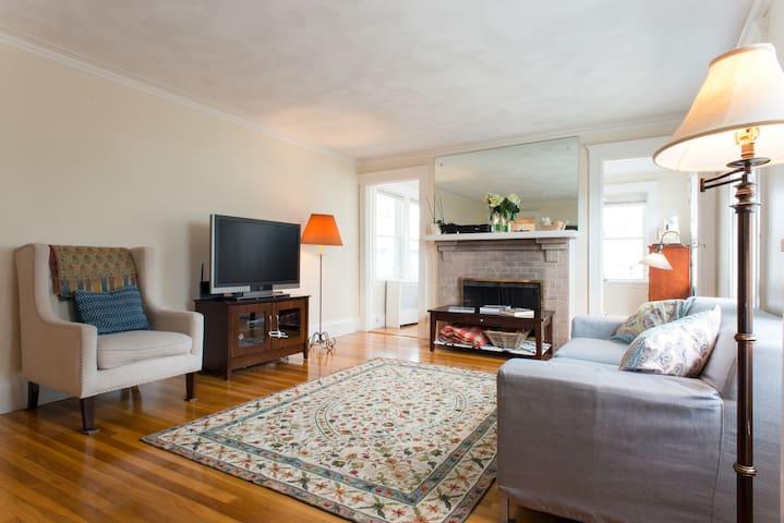 Spacious 3 Bedroom Condo -- Excellent for Families - Belmont - Appartement en résidence