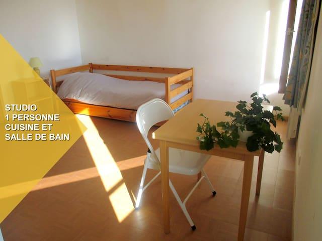 studio avec cuisine et  bain - Le Roc-Saint-André - Hus