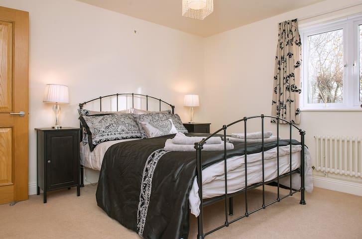 Entire ground floor, king size bed, bathroom - Tavistock