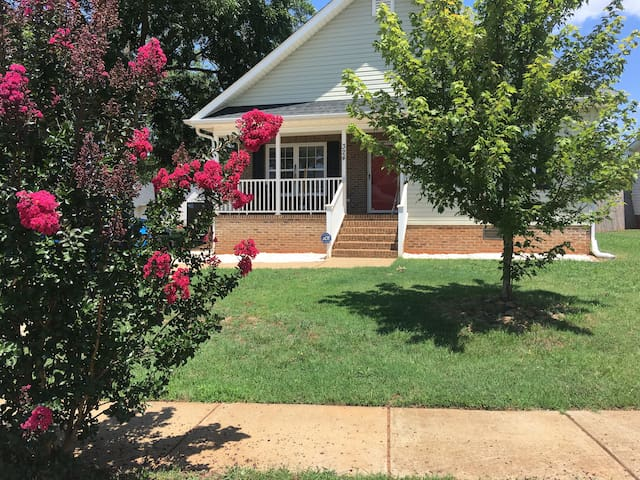 Surrounding Downtown, Beautiful Room, Quiet Place - Greenville