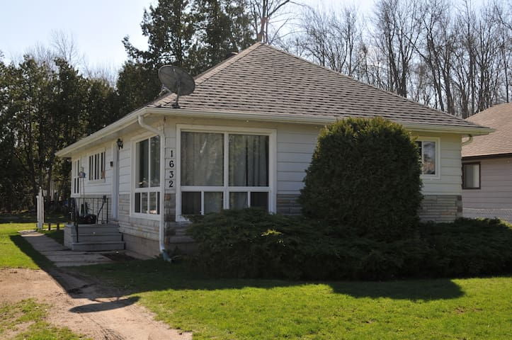3BR Charming Cottage Steps to the Simcoe Lake - Innisfil - Cabaña