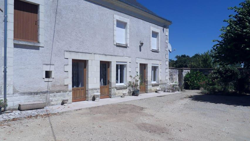 maison restaurée - bien ensoleillée - calme - Anché - Huis