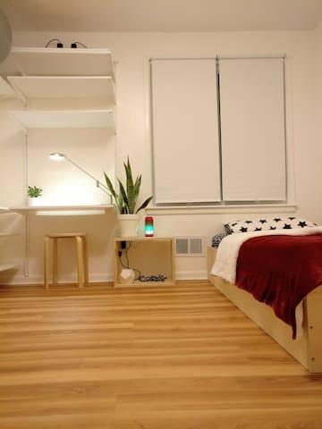 Minimalist & modern bedroom.  Free Airport Pickup. - cheektowaga - Hus