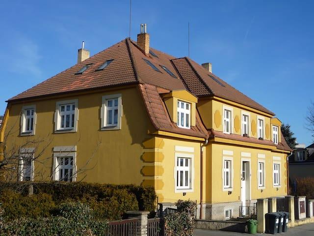 Půdní byt u silnice pro 1-4 osoby - Praha - Loft-asunto
