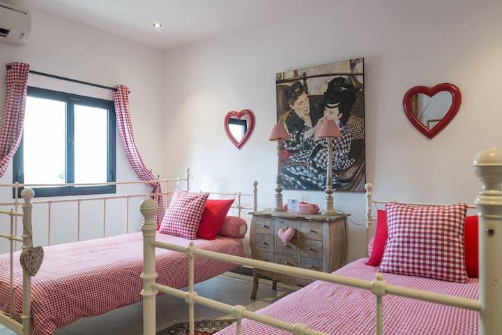 Jumeira Beach Red Bedroom - Dubai - Hus