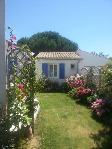 Petite maison dans un joli jardin - Dolus-d'Oléron - Guesthouse