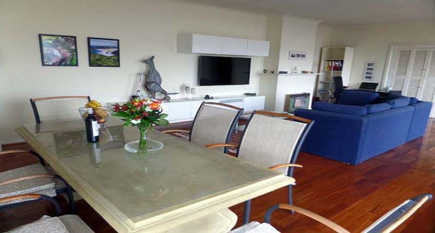 Beautiful, modern apartment - ideally situated - Glenelg East - 公寓
