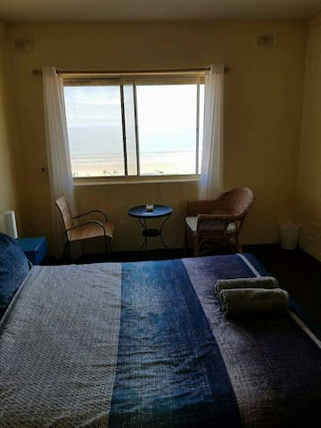 Beachside room with water views. - Henley Beach - Appartement