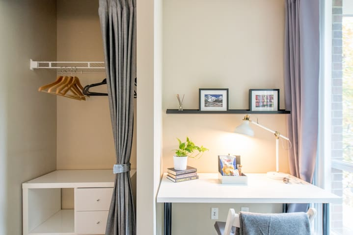 Beautiful Townhouse Guest Bedroom/Bathroom - Vancouver