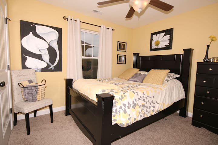 Black and Gold Room with Queen Bed - Columbia - House