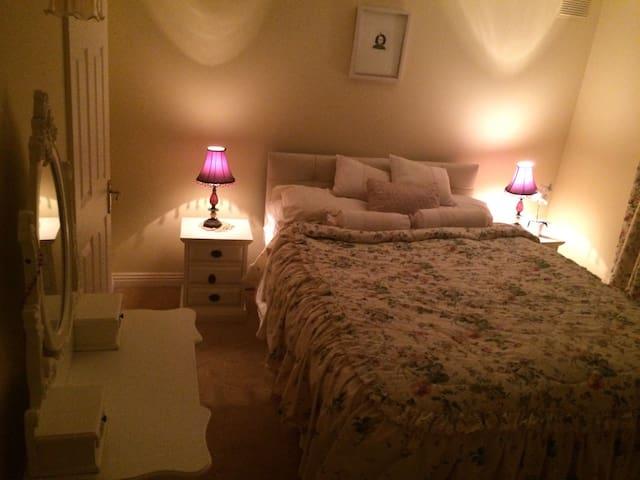 Cosy bedroom in welcoming home - Kilkenny