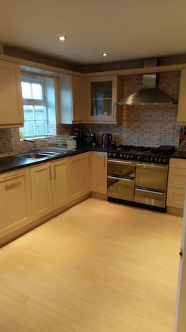 NEW! Large ENSUITE room in lovely town house - Blunsdon Saint Andrew - Huis