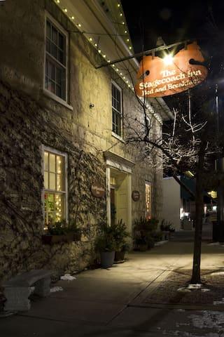 A Cozy Room at The Inn / Quaint Downtown Cedarburg - Cedarburg - Penzion (B&B)