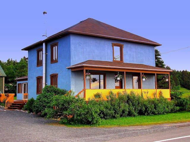 Gîte La Maison Bleue -Sainte-Flavie - Sainte-Flavie - Bed & Breakfast