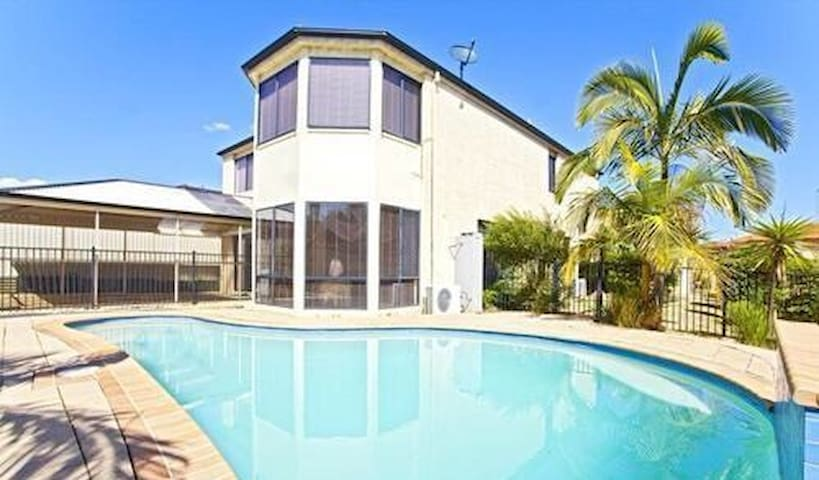 New luxury House with Pool Master Bedroom新泳池别墅主人房 - Horningsea Park - Huis