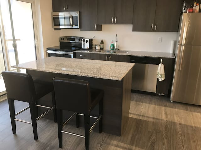 Modern 2bdr just outside the city - Pickering