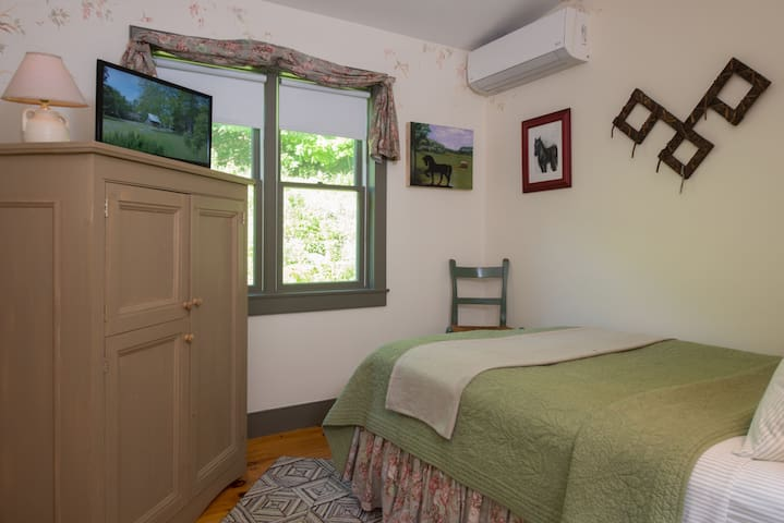 Silver Maple Farm - Sapling Room & Breakfast! - East Chatham