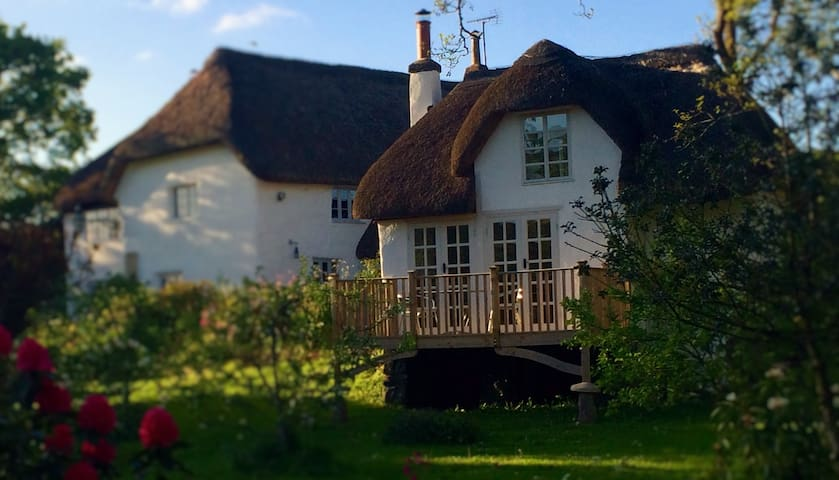 The Linhay, a beautiful, romantic thatched cottage - Devon