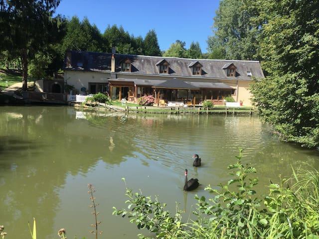 Chambres d'hôtes au bord d'un étang - Luceau - Bed & Breakfast