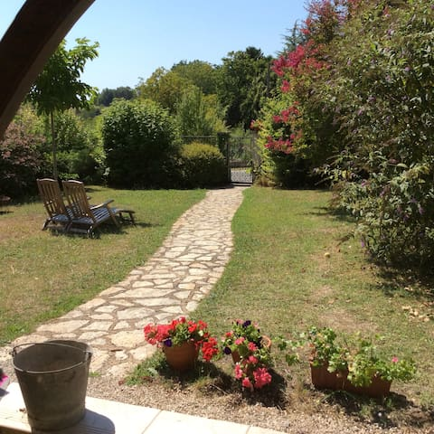 Near the centre of the lovely village Aubeterre - Aubeterre-sur-Dronne - Hus