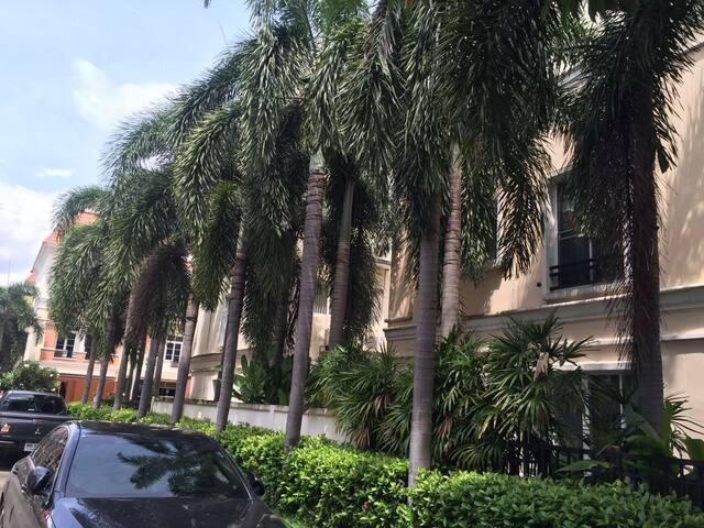 英拉府邸附近的纯泰国居住高档小区联排别墅独立卫浴 - Bangkok - Huvila