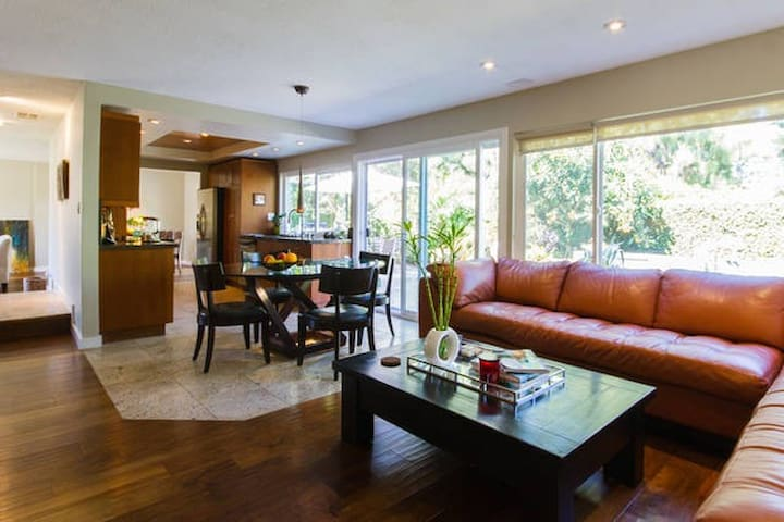Sleek Oasis in the Heart of OC - Irvine - Dom