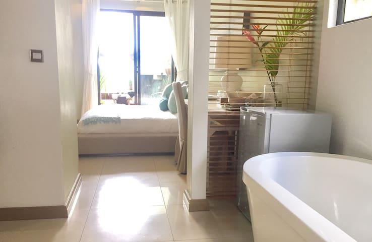 Beachfront En Suite King Room in Prime location- - Triolet - Vila