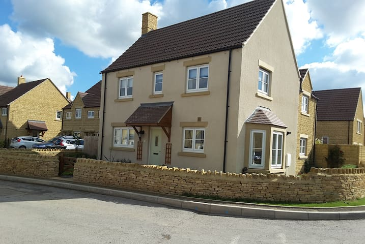 Modern luxury in South Cotswold Village - Sutton Benger - Huis
