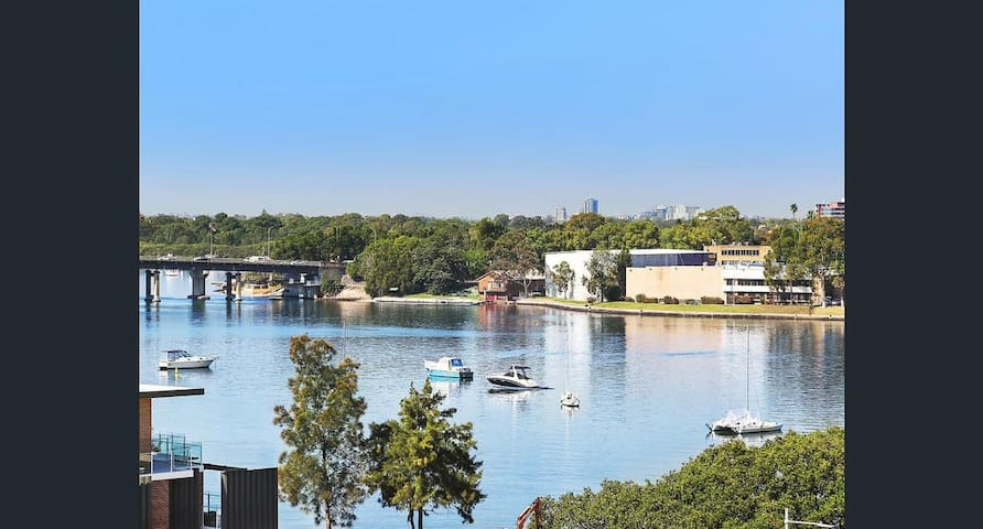 Quiet, Private, waterfront and easy access to city - Meadowbank